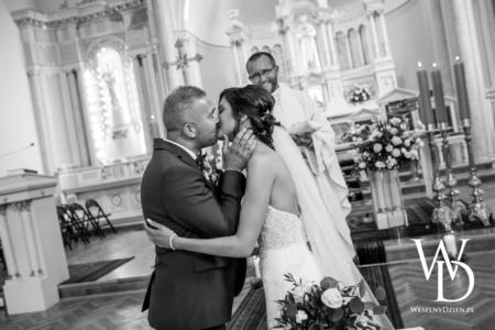 pocałunek młodej pary, weselny dzien