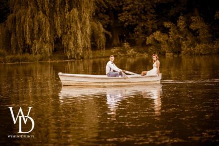 para młoda w łódce