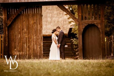 Romantyczna sesja ślubna w skansenie etnograficznym w Chorzowie
