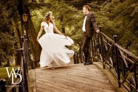 rozwiana suknia ślubna i piękny wianek ślubny