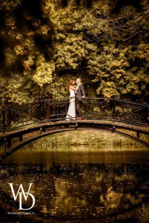Para młoda na romantycznym mostku w parku w Pszczynie.