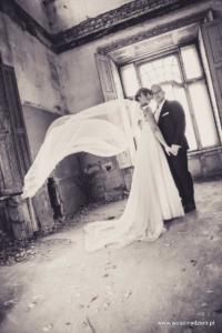 zdjęcia pary młodej i rozwiany welon