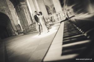 Klawisze fortepianu, para młoda w opuszczonym zamku