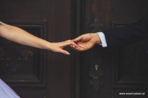 dłonie młodej pary