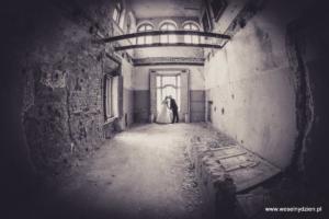 ślubne zdjęcia plenerowe w opuszczonym zamku