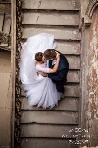 pocałunek pary młodej
