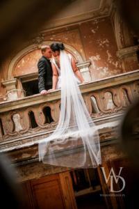 Sesja ślubna na zamku w Krowiarkach. Długi welon ślubny